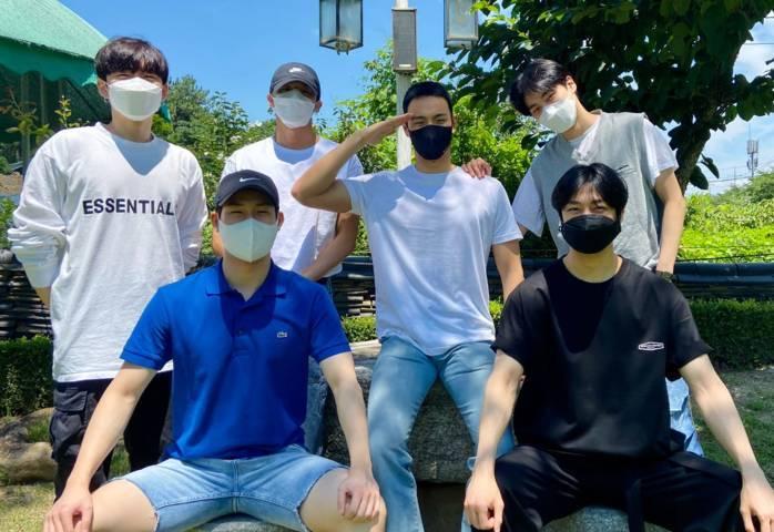 Shownu bersama personel Monsta X lainnya. (Foto: Twitter Official Monsta X @OfficialMonstaX/Tugu Jatim)