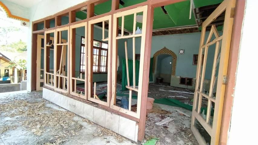 Akibat petasan meledak, musala di RT 6/RW 2 Kelurahan Wonokoyo, Kecamatan Kedungkandang Kota Malang, porak poranda pada Jumat (09/07/2021). (Foto: Azmy/Tugu Jatim)