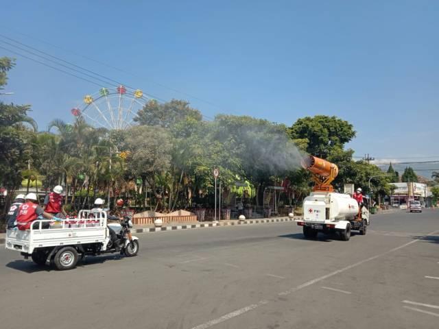 Proses penyemprotan 5.000 liter desinfektan memakai mobil Gunner Spray milik PMI Jatim di jalur protokol Kota Batu, Rabu (28/07/2021). (Foto: M. Sholeh/Tugu Jatim)