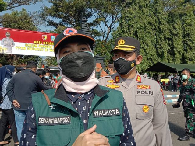 Wali Kota Batu Dewanti Rumpoko saat memaparkan PPKM Darurat yang akan diterapkan di Kota Batu. (Foto: Sholeh/Tugu Jatim)
