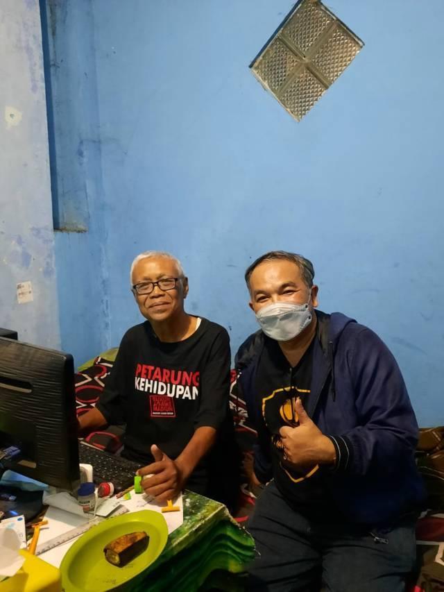 Pakar Komunikasi dan Motivator Nasional Dr Aqua Dwipayana tampak menyemangati Santoso meski terserang stroke tapi tetap berkarya, Minggu (13/06/2021). (Foto: Dokumen/Tugu Jatim)