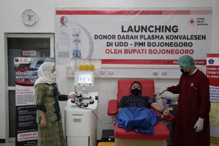 Bupati Bojonegoro Anna Muawanah saat meresmikan mesin donor plasma darah konvalesen (apheresis) di Palang Merah Indonesia (PMI) Bojonegoro, Kamis (22/07/2021). (Foto: Humas Pemkab Bojonegoro/Tugu Jatim)