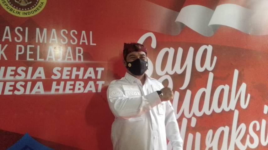 Kepala BIN Daerah (Kabinda) Jatim Marsma TNI Rudy Iskandar SE memantau pelaksanaan vaksinasi di SMPN 1 Surabaya, Rabu (14/07/2021). (Foto: Rangga Aji/Tugu Jatim)