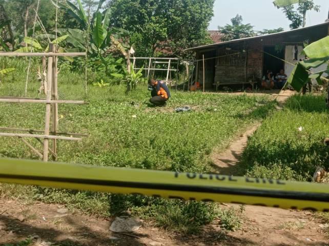 TKP kasus pembacokan di Kabupaten Malang diberi police line. (Foto: Rizal Adhi/Tugu Jatim)