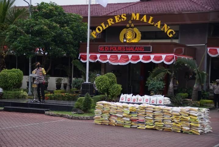 Polres Malang membagikan paket sembako untuk warga terdampak PPKM Darurat pada Sabtu (17/07/2021).(Foto: Rizal Adhi/Tugu Jatim)