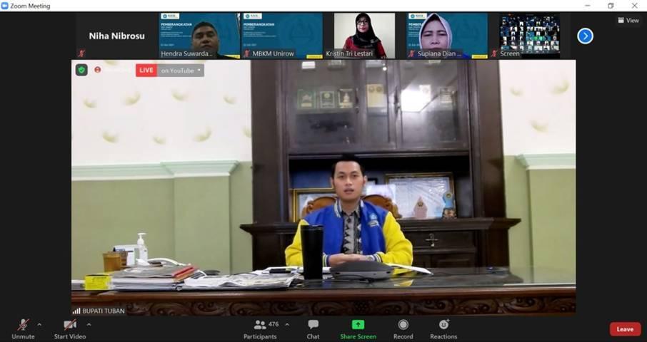 Bupati Tuban Aditya Halindra Faridzky saat memberangkatkan ratusan mahasiswa Unirow PGRI Tuban secara virtual di rumah Dinas Bupati Tuban, Kamis (22/07/2021). (Foto: Rochim/Tugu Jatim)