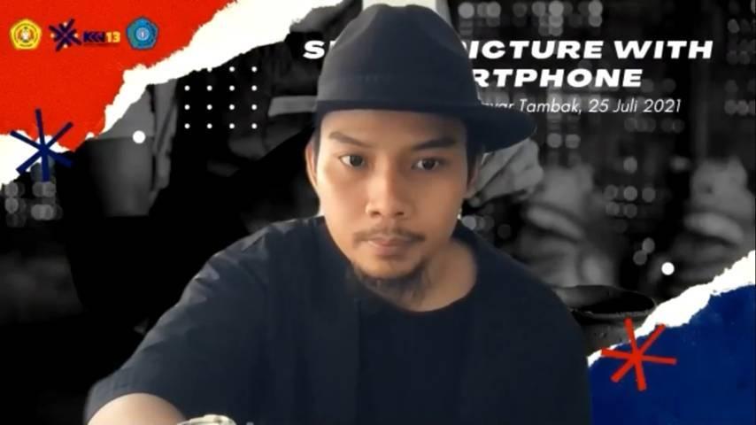 """Mochtret saat memberikan materi fotografi """"Smart Picture with Smartphone"""" yang diadakan oleh mahasiswa KKN Kelompok 13 UPN Veteran Jawa Timur secara virtual, pada 25 Juli 2021. (Foto: Dok mahasiswa KKN Kelompok 13 UPNVJT/Tugu Jatim)"""