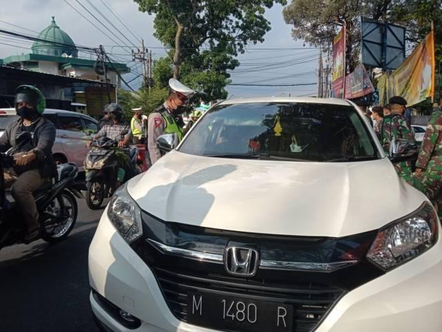 Kendaraan dari luar Kota Batu diminta petugas putar balik  jika tak bisa menunjukkan surat kelengkapan syarat perjalanan. (Foto:Sholeh/Tugu Jatim)