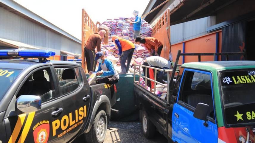 Polres Tuban menyalurkan bantuan beras untuk masyarakat kurang mampu yang terdampak Covid-19, di Gudang Bulog, Jalan Pahlawan Tuban, Senin (26/07/2021). (Foto: Humas Polres Tuban/Tugu Jatim)
