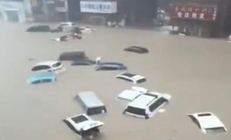 Suasana banjir besar di Provisi Henan, China yang menewaskan puluhan orang. (Foto: Twitter/Ian Fraser) tugu jatim