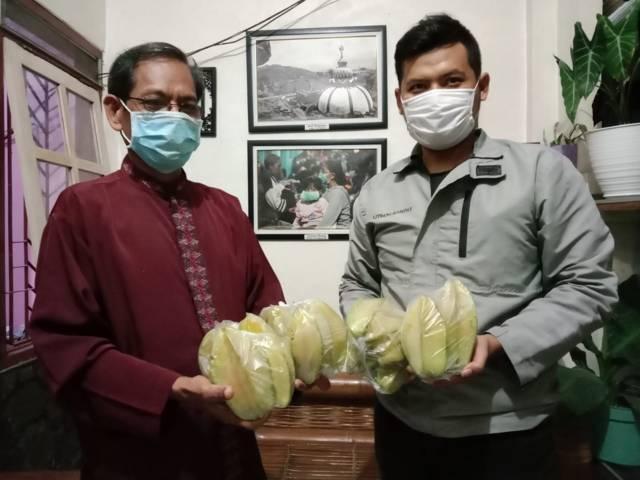 Achmad Yudho Avianto, Ketua Pimpinan Cabang (PC) IMM Kediri, yang menyalurkan bantuan belimbing kepada warga yang isoman, Selasa (20/07/2021). (Foto: Rino Hayyu Setyo/Tugu Jatim)