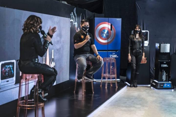 Direktur Modena Bagus Prastowo sedang menjelaskan produk Marvel super heroes yang diproduksi terbatas, Minggu (11/07/2021). (Foto: Azmy/Tugu Jatim)