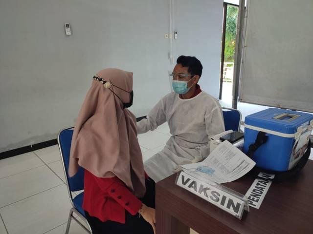 Vaksinasi yang dilakukan kepada salah ormek di Tuban. (Foto: Dokumentasi Humas Polres Tuban/Tugu Jatim)