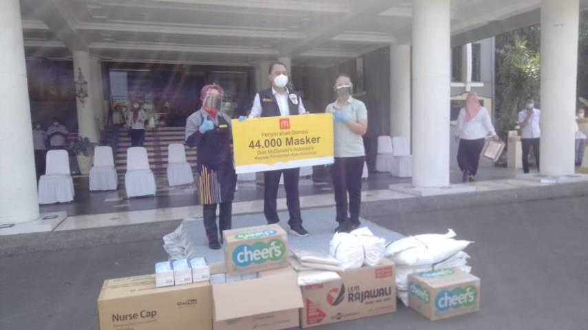Wali Kota Surabaya Eri Cahyadi menerima bantuan dari McDonald Indonesia yang memberikan donasi 44.000 masker, Rabu (21/07/2021). (Foto: Rangga Aji/Tugu Jatim)