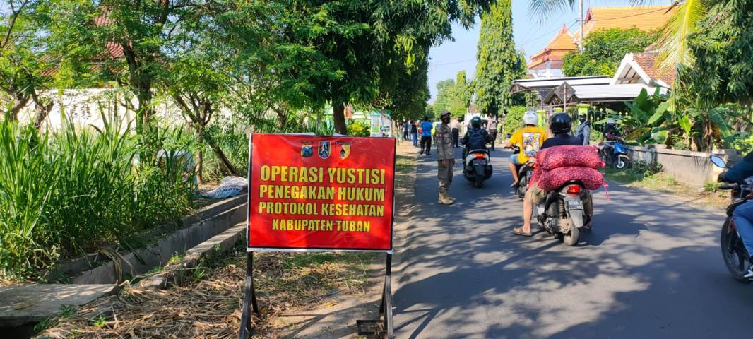 Operasi yustisi yang digelar oleh petugas gabungan di Tuban, Jumat (23/07/2021). (Foto: Humas Polres Tuban/Tugu Jatim)