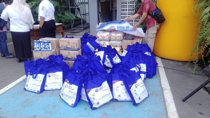Pemkot Surabaya terus mendapatkan bansos) untuk membantu warga terdampak Covid-19 Rabu (28/07/2021). (Foto: Rangga Aji/Tugu Jatim)