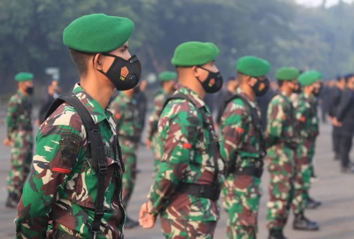 Anggota TNI mengikuti apel pasukan persiapan PPKM Darurat di Jatim, Jumat pagi (02/07/2021). (Foto: Sholeh/Tugu Jatim)