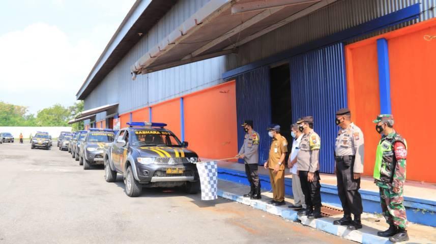 Polres Tuban memberangkatkan mobil patroli yang memuat bantuan beras kemasan 5 kilogram pada Senin (19/07/2021). (Foto: Humas Polres Tuban/Tugu Jatim)