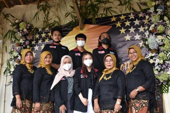 Mahasiswa PMM kelompok 69 UMM foto bersama para guru TK Dharma Wanita Persatuan 1, Karangploso, Kabupaten Malang, usai pelaksanaan acara wisuda pada Sabtu (03/07/2021). (Foto: Dokumen/Tugu Jatim)