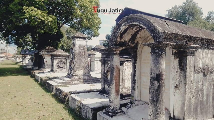 Makam didominasi warna putih, meski sebagian besar berubah menghitam akibat tergerus waktu dan generasi.(Foto: Rangga Aji/Tugu Jatim)