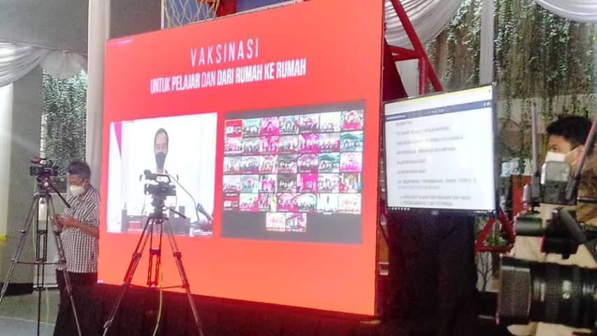 Presiden Jokowi sedang membuka dan memantau pelaksanaan vaksinasi di Surabaya untuk pelajar, secara virtual, Rabu (14/07/2021). (Foto: Rangga Aji/Tugu Jatim)