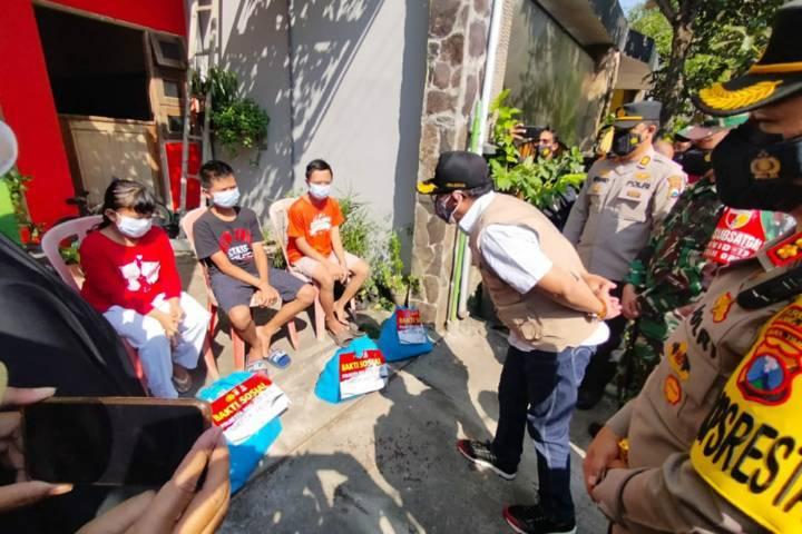 Wali Kota Malang Sutiaji saat menyambangi 3 bocah di Malang yang menjalani isoman tanpa kehadiran orang tuanya, Rabu (21/07/2021). (Foto:Azmy/Tugu Jatim)