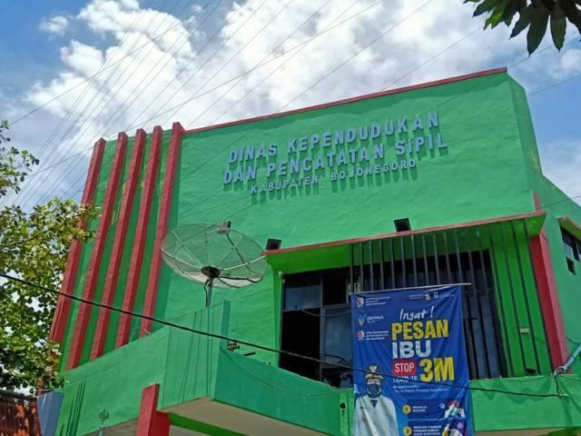 Kantor Dinas Kependudukan dan Catatan Sipil (Dispendukcapil) Bojonegoro. (Foto: Mila Arinda/Tugu Jatim)
