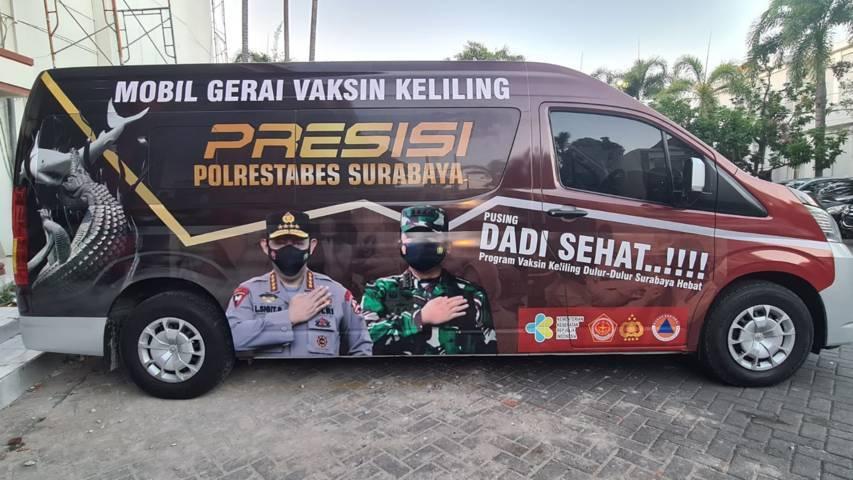 Kapolrestabes Surabaya Kombes Pol Johnny Eddizon Isir SIK MTCP meluncurkan inovasi baru yaitu Mobil Senyum #SehatmuSemangatku untuk menambah kesadaran masyarakat akan bahaya penularan Covid-19, Senin (26/07/2021). (Foto: Polda Jatim/Tugu Jatim)