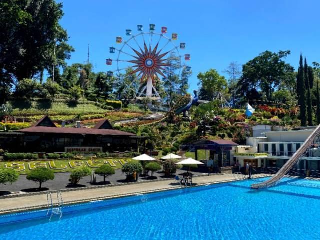 Wahana bianglala dan kolam renang di Selecta Kota Batu yang tampak sepi pengunjung. (Foto: Selecta/Tugu Jatim)