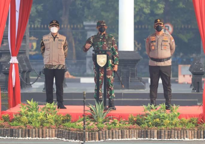 Pangdam V Brawijaya Mayjen TNI Suharyanto memberikan sambutan saat apel pasukan persiapan PPKM Darurat di Jatim, Jumat pagi (02/07/2021). (Foto: Rizal/Tugu Jatim)