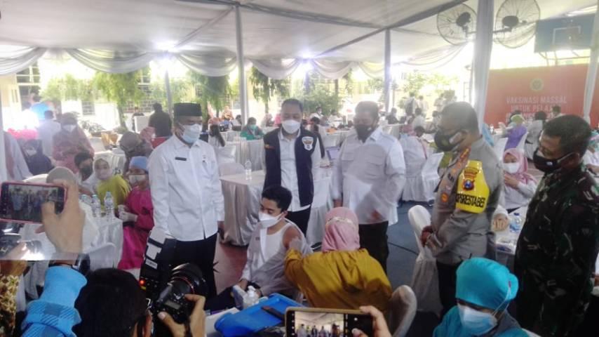 Wali Kota Surabaya Eri Cahyadi saat memantau vaksinasi pelajar di SMP Negeri 1 Surabaya bersama Forkopimda Jatim Rabu (14/07/2021). (Foto: Rangga Aji/Tugu Jatim)