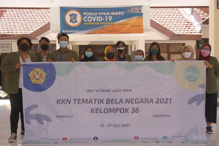 """Kelompok 36 Universitas Pembangunan Nasional """"Veteran"""" Jawa Timur foto bersama di Kelurahan Sidosermo, Surabaya. (Foto: Dok Anggota KKN Kelompok 36/Tugu Jatim)"""