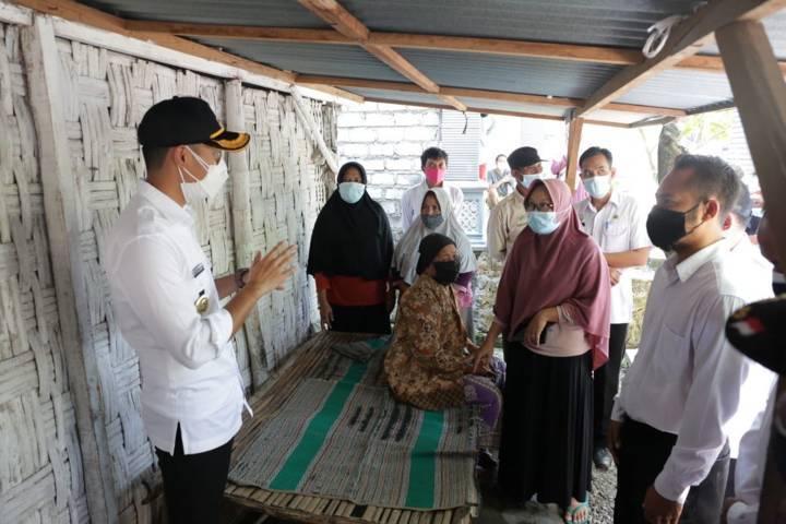 Bupati Tuban Aditya Halindra Faridzky mendatangi rumah KPM untuk mengecek langsung penyaluran program bansos yang diterima Keluarga Penerima Manfaat (KPM) di Kecamatan Plumpang agar tepat sasaran, Rabu (28/07/2021). (Foto: Humas Pemkab Tuban/Tugu Jatim)