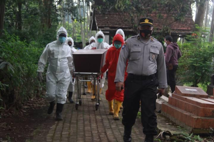 Petugas pemulasaraan begitu ketat prokes saat akan memakamkan jenazah Covid-19 di Kota Malang. (Foto: Rubianto/Tugu Jatim)