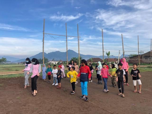 Mahasiswa KKN UM senam tahes bersama anak-anak dan warga Desa Wiyurejo, Kecamatan Pujon, Kabupaten Malang.(Foto: Dokumen/Tugu Jatim)