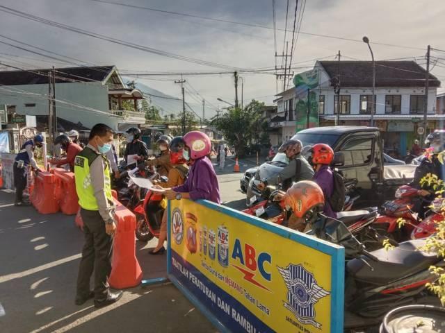 Petugas melakukan pembatasan mobilitas masyarakat selama PPKM Darurat di Kota Batu, Selasa (20/07/2021). (Foto: M. Sholeh/Tugu Jatim)