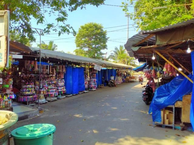 Meski tokonya buka, tapi peziarah di Makam Sunan Bonang, Kecamatan Tuban, sangat sepi. (Foto: Rochim/Tugu Jatim)