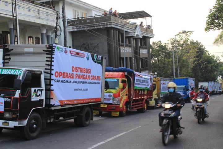 ACT menggelar aksi solidaritas untuk warga terdampak PPKM Darurat. (Foto: ACT/Tugu Jatim)