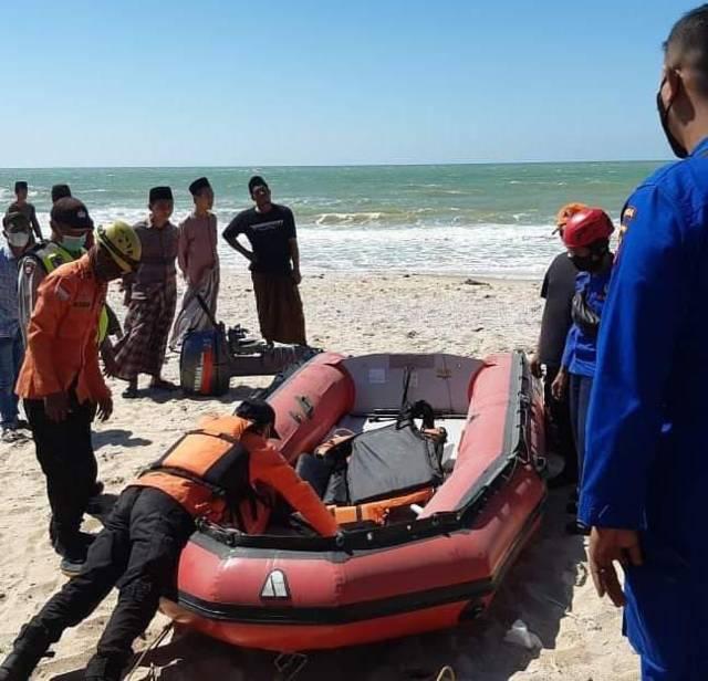 Petugas gabungan saat akan mengevakuasi  korban M. Ridwan. (Foto: Humas BPBD Tuban/Tugu Jatim)