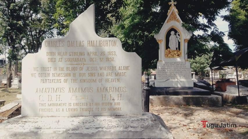 Nama-nama jasad di nisan yang sulit sekali dibaca pada logat, ejaan, dan morfem bahasa Indonesia.(Foto: Rangga Aji/Tugu Jatim)