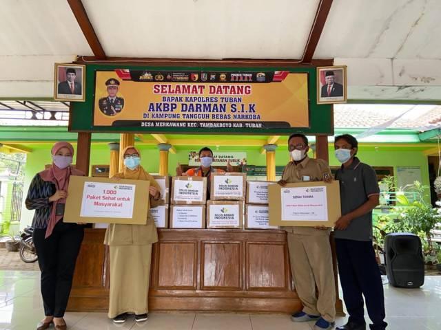 SBI Pabrik Tuban kembali menyerahkan donasi 1.000 paket vitamin untuk membantu pemerintah mengatasi penyebaran Covid-19. (Foto: Humas SBI Pabrik Tuban/Tugu Jatim)