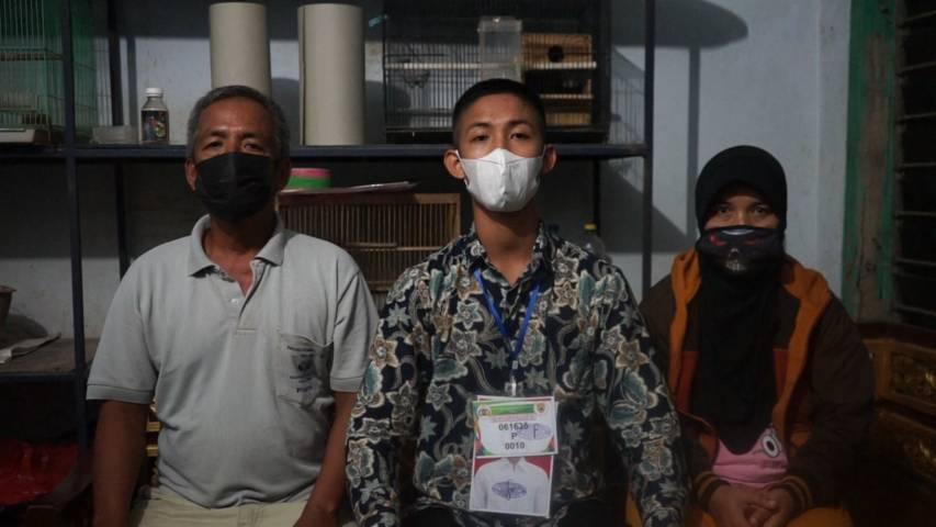 Zahidhan Syahrul Syofiudin, salah satu anak dari buruh tani (serabutan) di Kabupaten Malang, ini berhasil lolos seleksi Bintara Polri pada 2021 ini, Kamis malam (22/07/2021).(Foto: Rizal Adhi/Tugu Jatim)