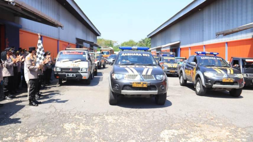 Suasana pemberangkatan oleh Kapolres Tuban AKBP Darman untuk menyalurkan bantuan beras bagi warga terdampak Covid-19, di Gudang Bulog, Jalan Pahlawan Tuban, Senin (26/07/2021). (Foto: Humas Polres Tuban/Tugu Jatim)