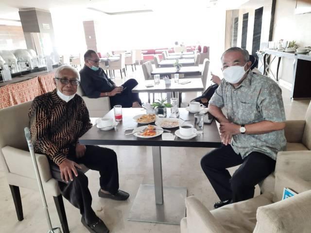 Wartawan senior Santoso setelah terserang stroke bersama Pakar Komunikasi dan Motivator Nasional Dr Aqua Dwipayana di resto Hotel Aston. (Foto: Dokumen/Tugu Jatim)