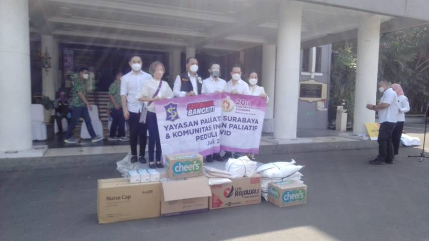 Wali Kota Surabaya Eri Cahyadi menerima bantuan dari Yayasan Paliatif Surabaya memberikan sembako hingga APD, Rabu (21/07/2021). (Foto: Rangga Aji/Tugu Jatim)