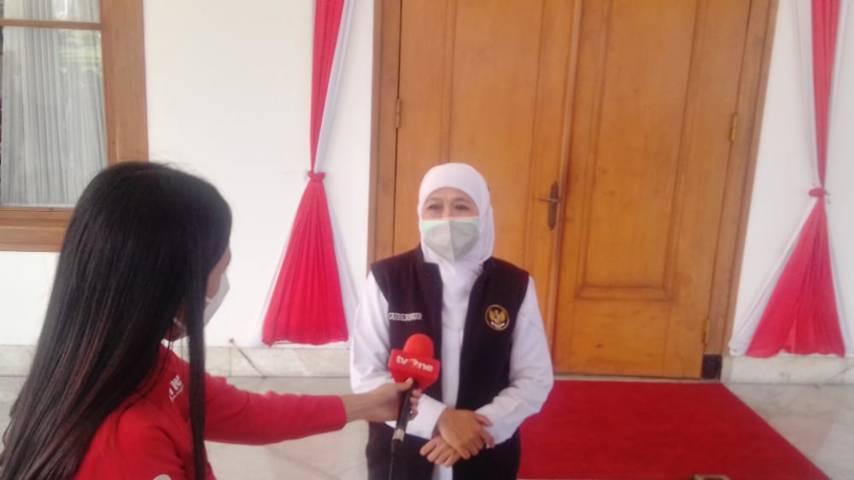 Gubernur Jatim Khofifah Indar Parawansa saat di depan Gedung Negara Grahadi Kota Surabaya, Jumat (16/07/2021). (Foto: Rangga Aji/Tugu Jatim)
