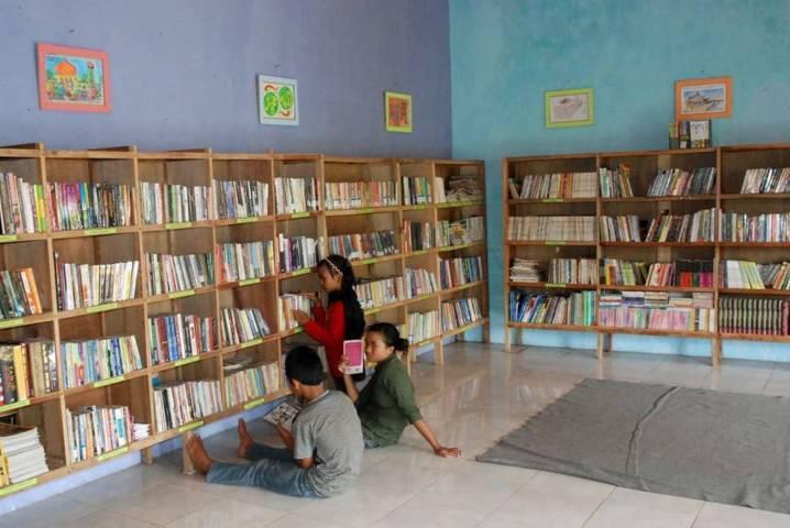 "Perpustakaan Anak Bangsa yang berada di Desa Sukopuro, Kecamatan Jabung, Kabupaten Malang, ini bikin program "" Kencan Malam Minggu"" untuk menarik minat baca para remaja, Rabu (14/07/2021). (Foto: Eko Cahyono/Tugu Jatim)"