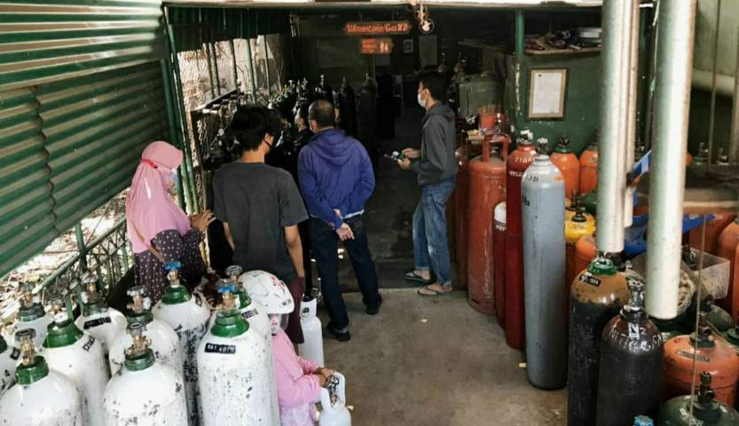 Aktivitas jual beli tabung gas oksigen di salah satu agen di Kota Malang. Ketersediaannya mulai langka dan harganya melambung tinggi. (Foto:Azmy/Tugu Jatim)