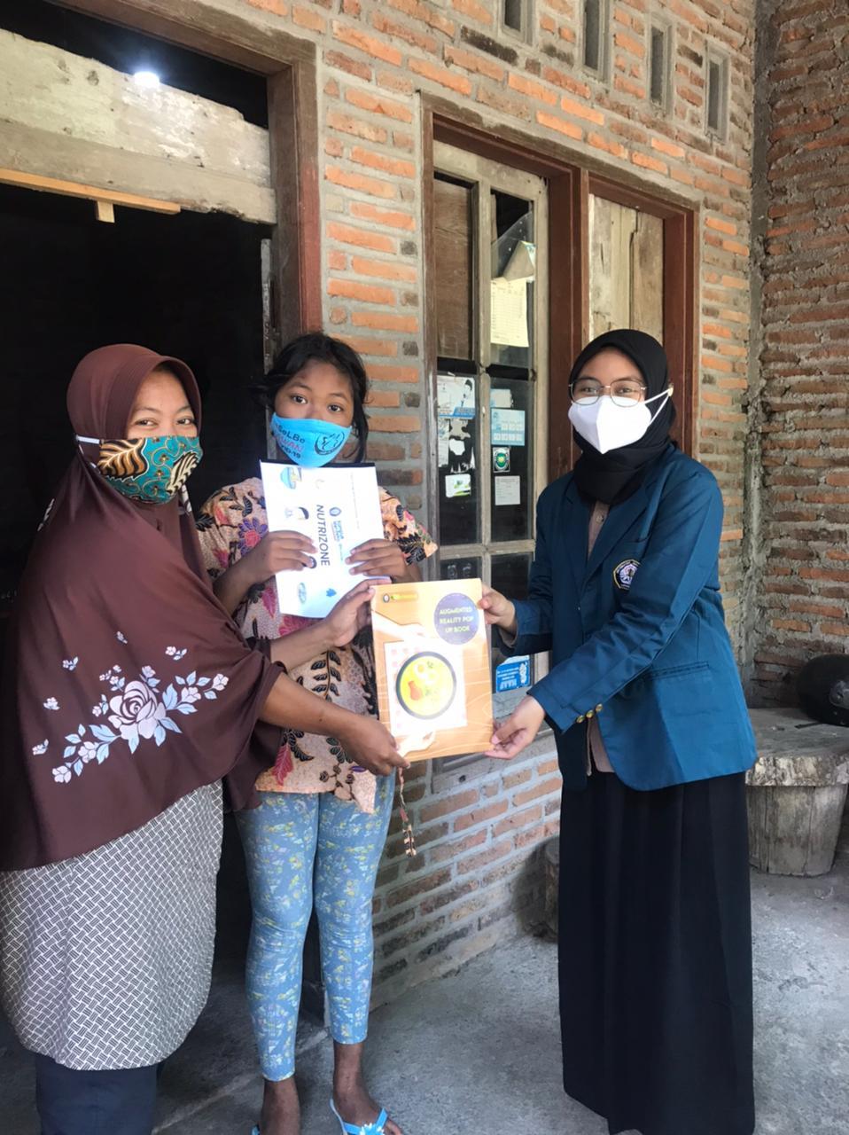 Tim Program Kreativitas Mahasiswa (PKM) Nutrizone UNDIP Semarang tengah memberikan sosialiasi tentang pemenuhan gizi pada warga. (Foto: Dok. Tim PKM Nutrizone UNDIP/Tugu Jatim)