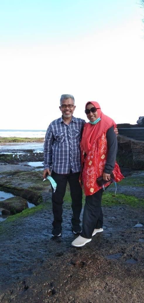 Wartawan senior yang juga Pemred Tugujatim.id Nurcholis MA Basyari (kiri) bersama istri.(Foto: Dokumen/Tugu Jatim)